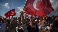 Miles de personas protestan contra medidas por el covid-19 en Estambul