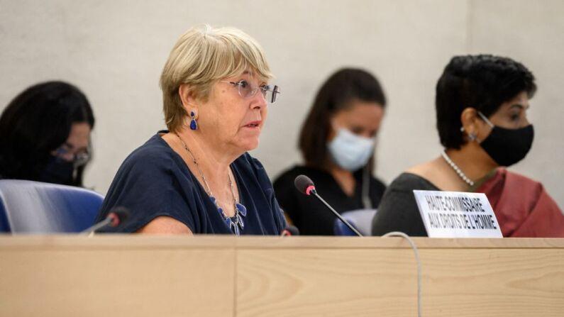 La Alta Comisionada de las Naciones Unidas para los Derechos Humanos, Michelle Bachelet (Izq.), pronuncia su discurso en la apertura de una sesión del Consejo de Derechos Humanos de la ONU en Ginebra, el 13 de septiembre de 2021. (Foto de FABRICE COFFRINI/AFP a través de Getty Images)