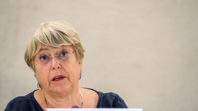 La alta comisionada de las Naciones Unidas para los Derechos Humanos, Michelle Bachelet, pronuncia su discurso en la apertura de una sesión del Consejo de Derechos Humanos de la ONU en Ginebra (Suiza), el 13 de septiembre de 2021. (Fabrice Coffrini/AFP vía Getty Images)