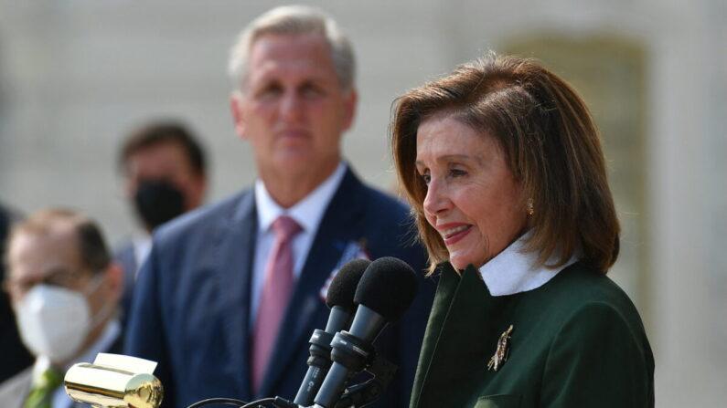 La presidenta de la Cámara de Representantes, Nancy Pelosi (D-Calif.), en una ceremonia para conmemorar el 20 aniversario. de los ataques del 11 de septiembre en los escalones del Capitolio de los Estados Unidos en Washington el 13 de septiembre de 2021. (Mandel Ngan/AFP a través de Getty Images)