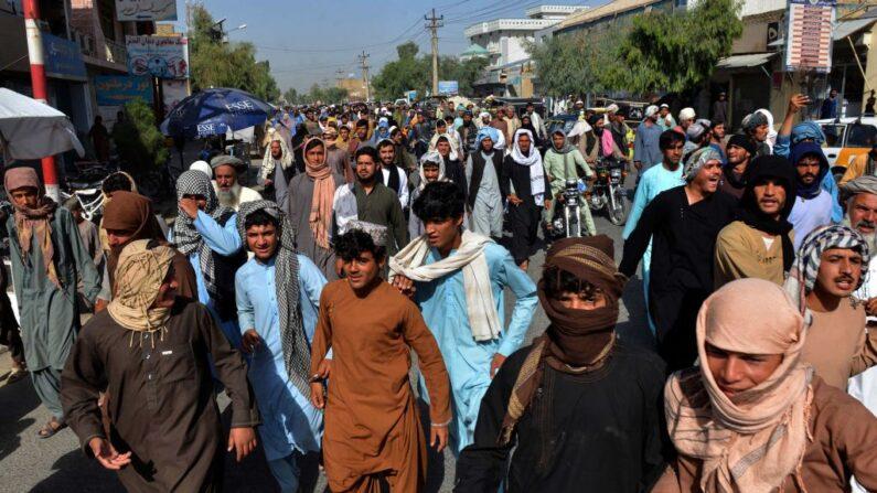 Residentes locales participan en una marcha de protesta contra un anuncio de los talibanes en el que se les pide que desalojen sus casas construidas en terrenos de propiedad estatal en Kandahar (Afganistán) el 14 de septiembre de 2021. (Javed Tanveer/AFP vía Getty Images)