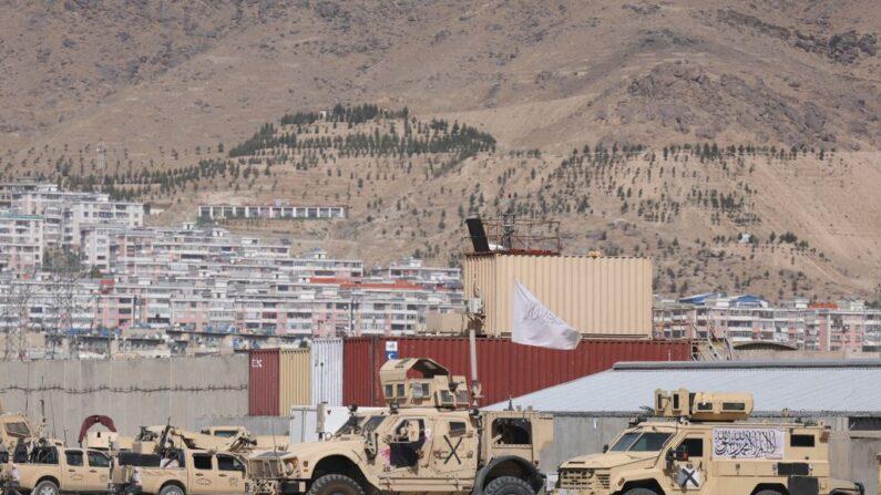 Vehículos blindados con la bandera de los talibanes en un campamento del ejército estadounidense en el aeropuerto de Kabul el 14 de septiembre de 2021. (Karim SAHIB/AFP a través de Getty Images)