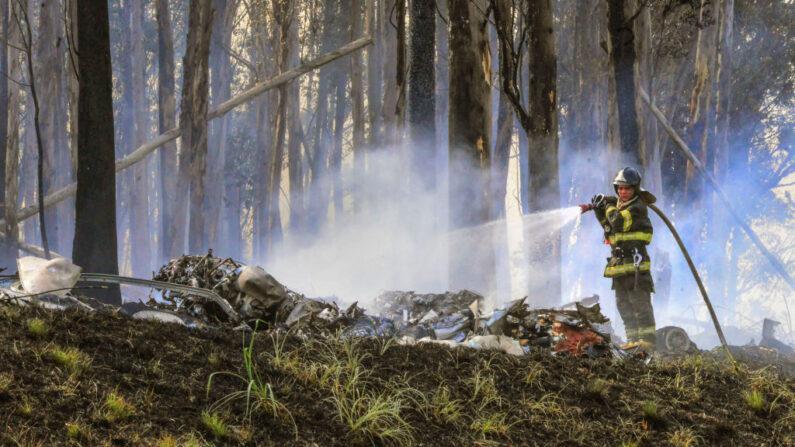 Un bombero trabaja en el lugar del accidente de una avioneta en Piracicaba, a unos 155 kilómetros de Sao Paulo, Brasil, el 14 de septiembre de 2021. (Claudio Coradini/AFP vía Getty Images)