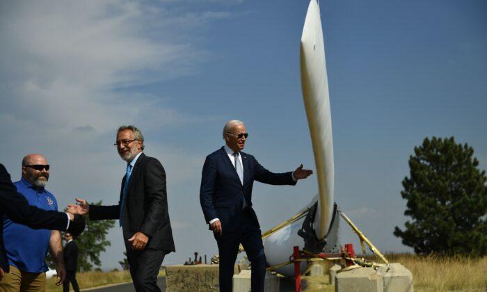 El presidente de Estados Unidos, Joe Biden, observa la pala de una turbina eólica mientras recorre el Laboratorio Nacional de Energías Renovables en Arvada, Colorado, el 14 de septiembre de 2021. (Brendan Smialowski/AFP a través de Getty Images)