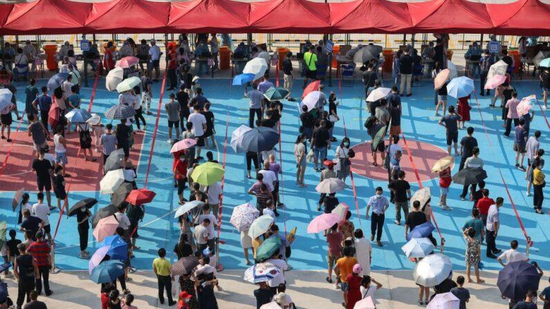 Los residentes hacen cola para someterse a pruebas de ácido nucleico para el coronavirus COVID-19 en la ciudad de Xiamen, en la provincia de Fujian, en el este de China, el 14 de septiembre de 2021. (STR/AFP)