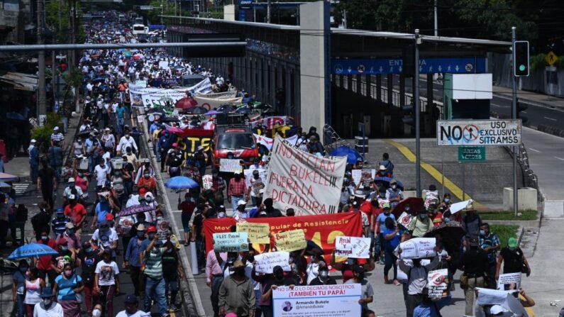 Personas protestan contra las políticas del presidente Nayib Bukele en el Día de la Independencia en San Salvador (El Salvador), el 15 de septiembre de 2021. (Marvin Recinos/AFP vía Getty Images)