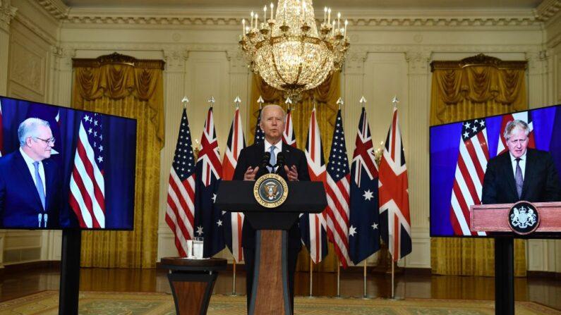 El presidente de Estados Unidos, Joe Biden, participa en una rueda de prensa virtual sobre seguridad nacional con el primer ministro británico, Boris Johnson (d), y el primer ministro australiano, Scott Morrison, en la Sala Este de la Casa Blanca en Washington, DC, el 15 de septiembre de 2021. (Brendan Smialowski/AFP vía Getty Images)