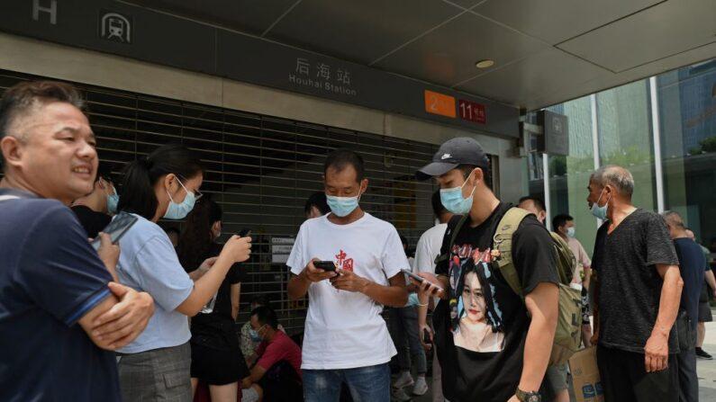 La gente se reúne fuera de la sede de Evergrande en Shenzhen, sureste de China, el 14 de septiembre de 2021. (Noel Celis/AFP vía Getty Images)