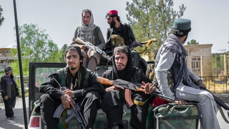 Miembros de los talibanes conducen en la prisión de Pul-e-Charkhi en Kabul el 16 de septiembre de 2021. (Bulent Kilic/AFP vía Getty Images)