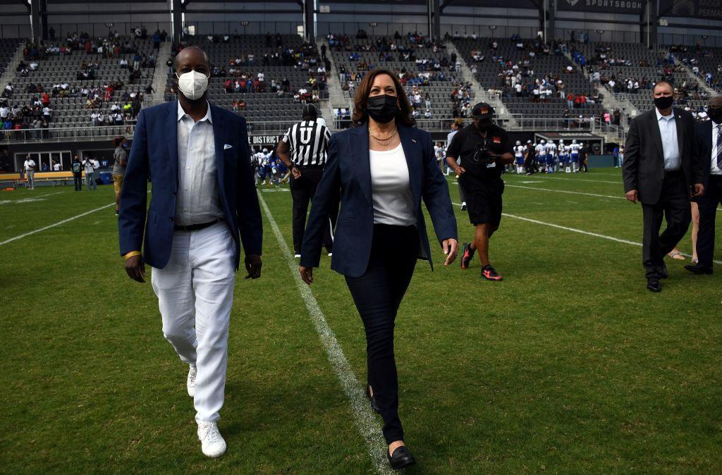 Harris sorprende con aparición en un partido de fútbol americano