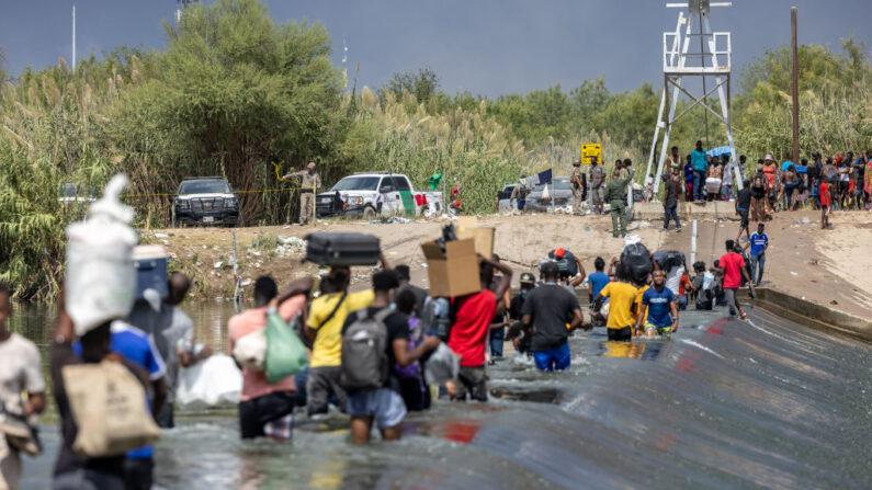 Los oficiales de la Patrulla Fronteriza restringen temporalmente el acceso al Río Grande cerca de un campamento temporal de migrantes, el 18 de septiembre, junto al puente internacional en Del Rio, Texas. (Jordan Vonderhaar/Getty Images)
