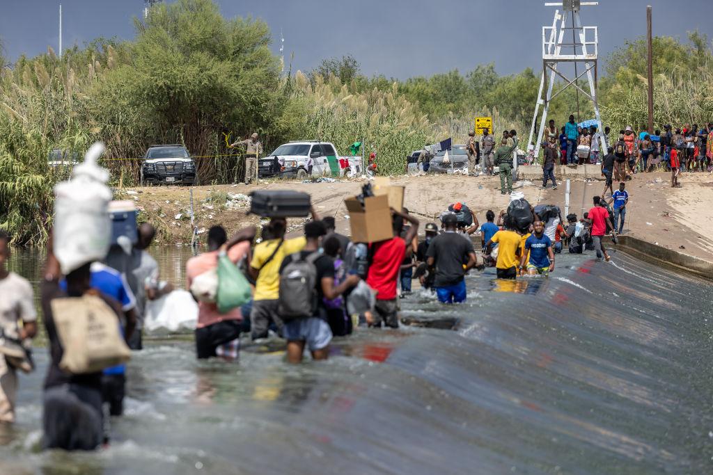 Gobierno de Biden inicia vuelos de deportación a Haití mientras la crisis fronteriza en Texas empeora