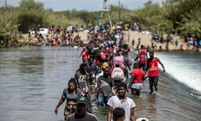 Seguridad Nacional pide ayuda militar para trasladar a los inmigrantes ilegales de Del Río
