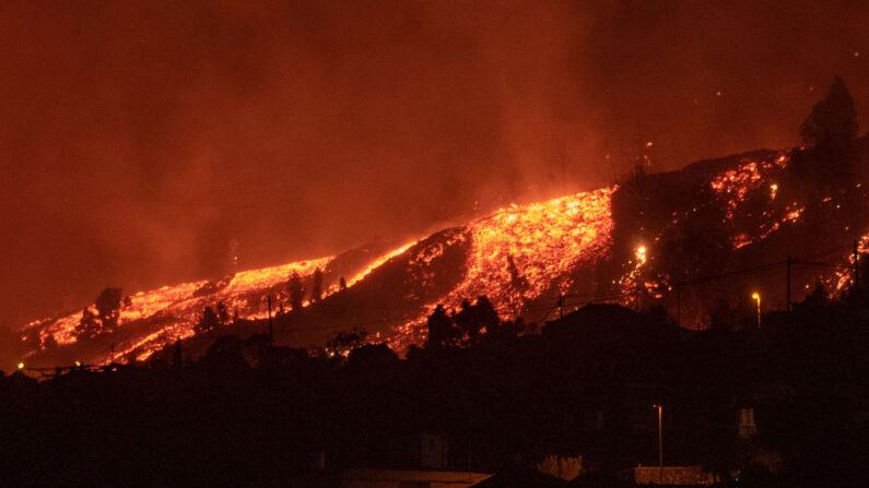 Flujos de lava se acercan a las casas mientras el Monte Cumbre Vieja entra en erupción en El Paso, arrojando columnas de humo, ceniza y lava como se ve desde Los Llanos de Aridane en la isla canaria de La Palma (España), el 19 de septiembre de 2021. (Desiree Martin/AFP vía Getty Images)