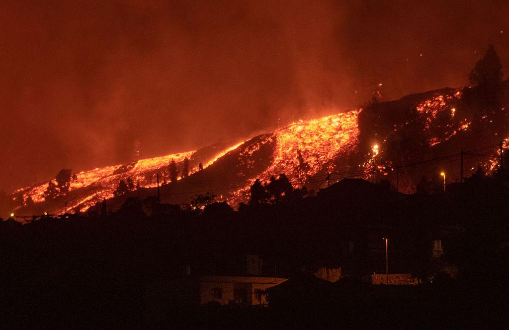 La colada del volcán de La Palma avanza a 700 metros por hora arrasando casas y cultivos