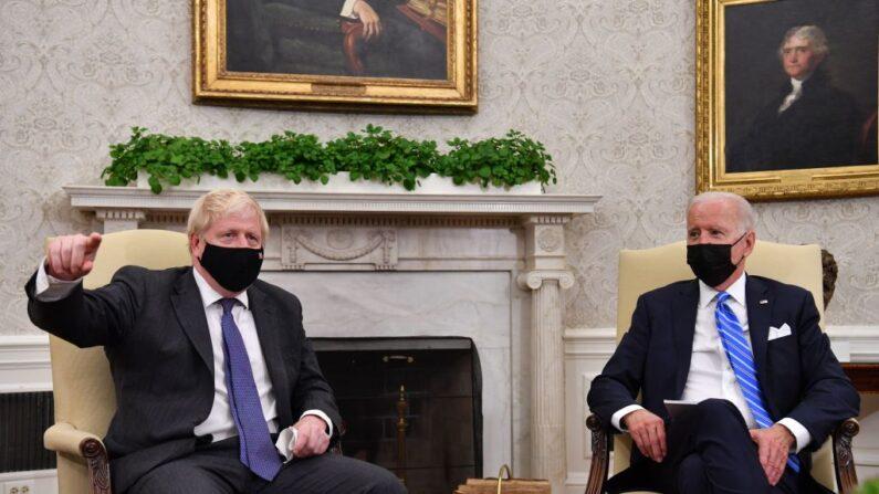 El presidente de Estados Unidos, Joe Biden (der.), mantiene una reunión con el primer ministro británico, Boris Johnson, en la Oficina Oval de la Casa Blanca, en Washington, D.C., el 21 de septiembre de 2021. (Nicholas Kamm/AFP a través de Getty Images)