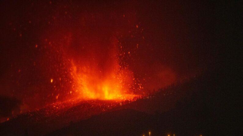 La lava se eleva tras la erupción de un volcán en el parque nacional de Cumbre Vieja, en la isla canaria de La Palma, el 21 de septiembre de 2021. (Desiree Martin/AFP vía Getty Images)