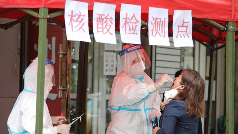 Una residente de Harbin se somete a una prueba de ácido nucleico para detectar Covid-19, en la provincia de Heilongjiang, noreste de China, el 22 de septiembre de 2021. (STR/AFP a través de Getty Images)