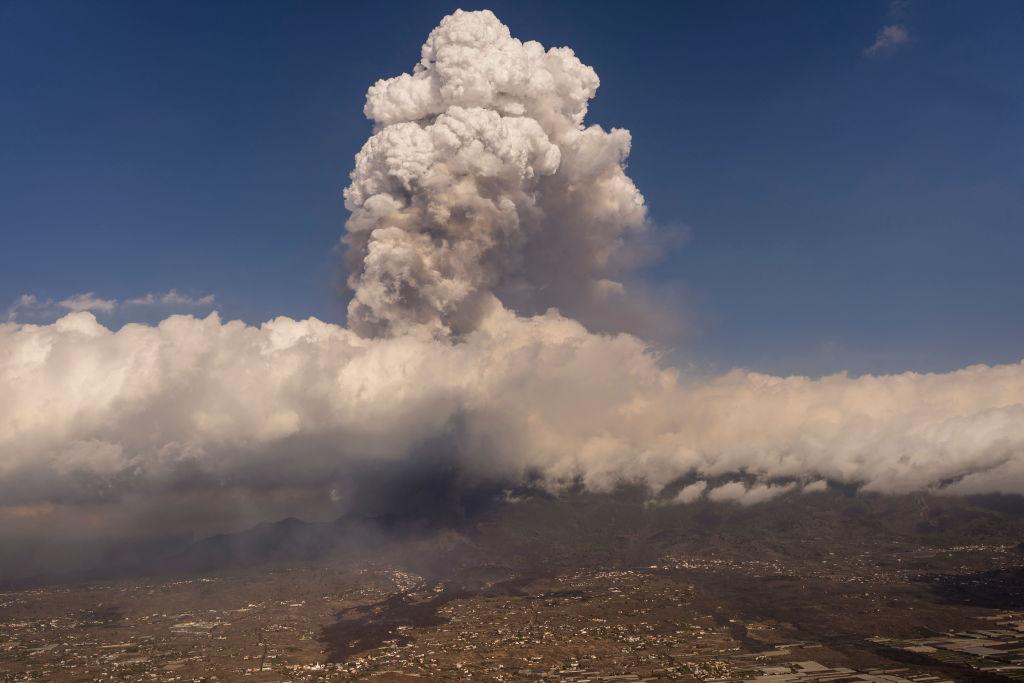 Erupción del volcán de La Palma provoca una gran nube de cenizas y numerosos temblores