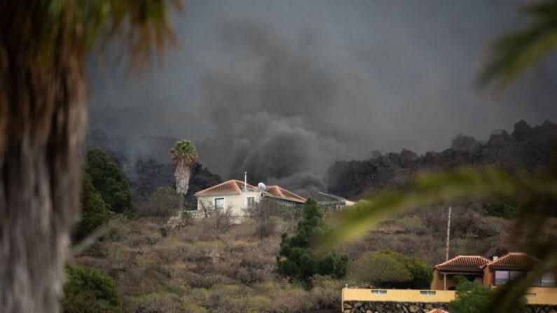 El flujo de lava del volcán Cumbre Vieja humea cerca de una casa en el barrio de Todoque en Los Llanos de Aridane en la isla canaria de La Palma en septiembre 24, 2021. (Desiree Martin/AFP vía Getty Images)