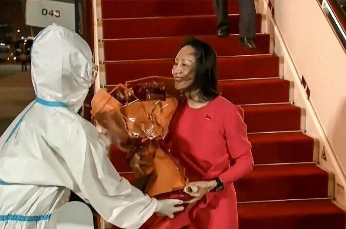 Esta captura de pantalla, realizada a partir de un video de la cadena estatal china CCTV, muestra a la ejecutiva de Huawei Meng Wanzhou recibiendo flores tras su llegada a Shenzhen, provincia de Guangdong, China, publicada el 25 de septiembre de 2021. (-/CCTV/AFP vía Getty Images)