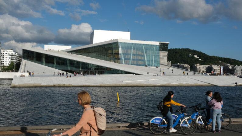 La gente se relaja fuera de la Ópera de Oslo durante la nueva pandemia de coronavirus el 27 de julio de 2020 en Oslo, Noruega.(Sean Gallup/Getty Images)
