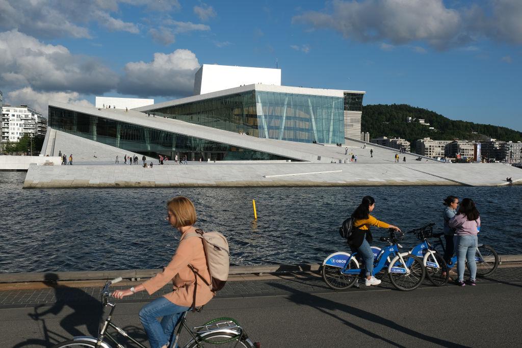 Celebraciones masivas estallan en Noruega por el fin de las restricciones por el virus del PCCh