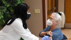 Admisiones hospitalarias por COVID-19 caen por primera vez en semanas en todo EE.UU.: HHS