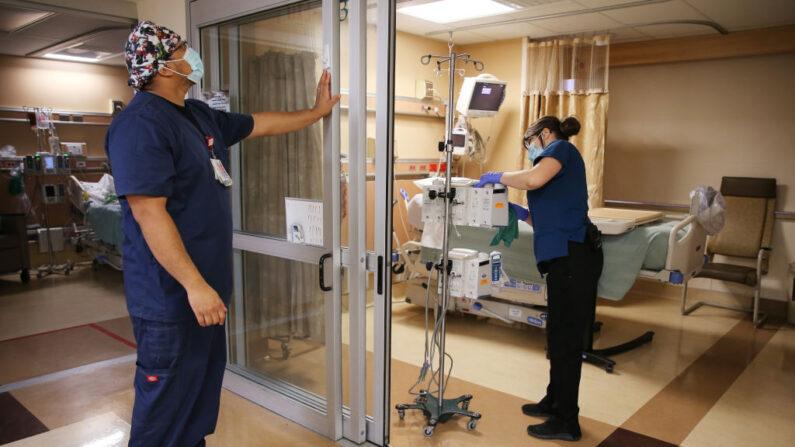 Personal de salud prepara una sala de UCI en el Providence St. Mary Medical Center en Apple Valley, California, el 30 de marzo de 2021. (Mario Tama/Getty Images)