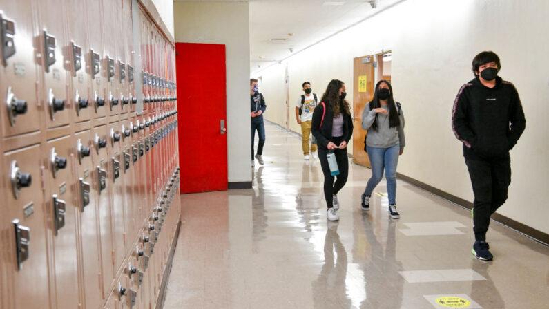 Los estudiantes caminan por el pasillo de la Escuela Secundaria Hollywood el 27 de abril de 2021 en Los Ángeles, California. (Rodin Eckenroth/Getty Images)