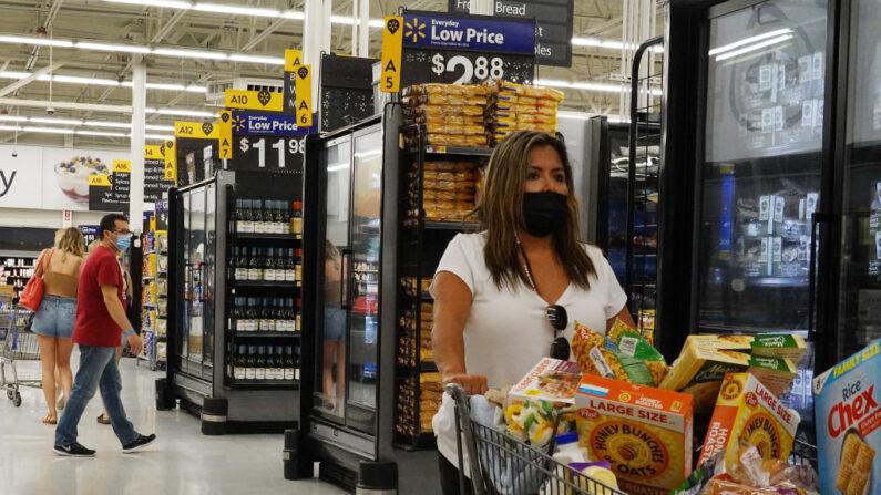 Personas con mascarillas protectoras compran en una tienda Walmart el 18 de mayo de 2021 en Hallandale Beach, Florida. (Joe Raedle/Getty Images)