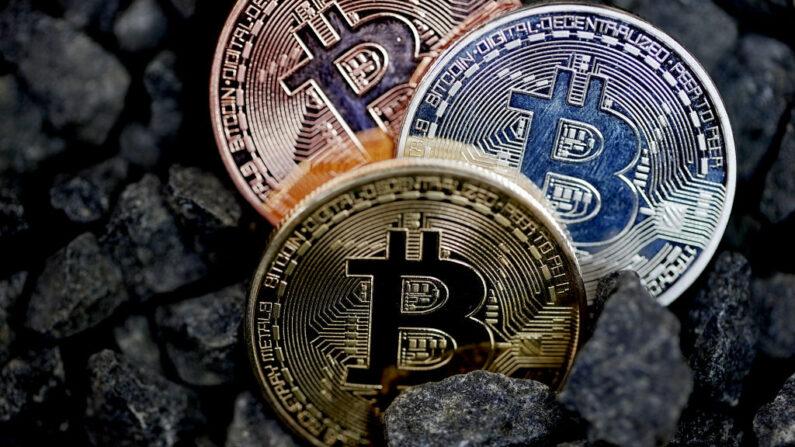 En esta ilustración fotográfica, una representación visual de la criptomoneda Bitcoin es fotografiada el 30 de mayo de 2021 en Londres, Inglaterra.(Edward Smith/Getty Images)