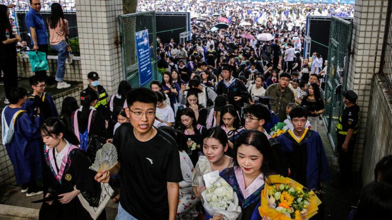 Diez mil graduados salen después de su ceremonia en la Universidad Normal de China Central el 13 de junio de 2021 en Wuhan, China. (Getty Images)