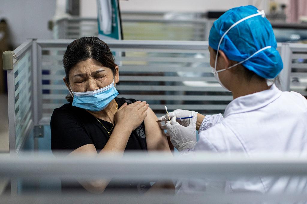 Autoridades chinas ocultan reportes de muertes tras aplicación de vacuna COVID-19 fabricada en el país