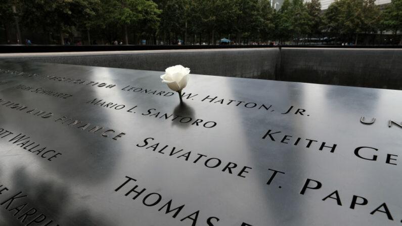 Se colocan flores sobre los nombres en el monumento conmemorativo del 11 de septiembre en la Zona Cero, en el bajo Manhattan, donde una vez estuvieron las Torres Gemelas, el 17 de agosto de 2021 en la ciudad de Nueva York. (Spencer Platt/Getty Images)