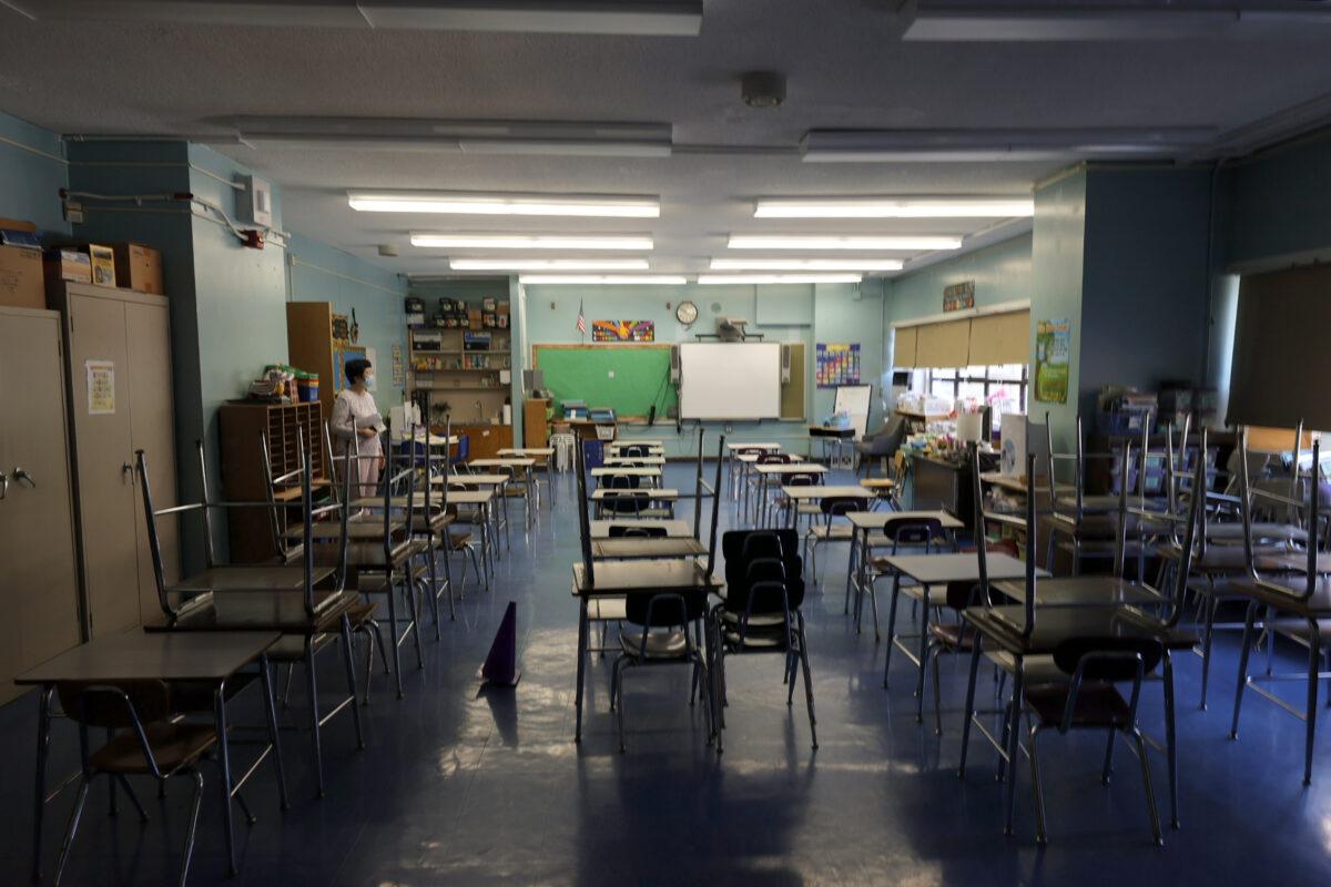 Padres de NYC cuestionan las razones detrás de las reglas COVID-19 en escuelas