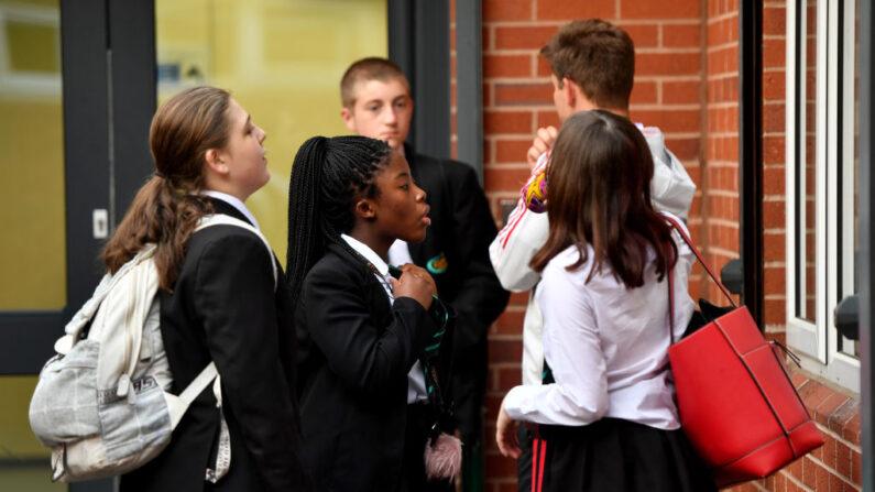Una niña se ajusta la corbata mientras los alumnos vuelven a la escuela en la Academia Copley el 09 de septiembre de 2021 en Stalybridge, Inglaterra. (Anthony Devlin/Getty Images)