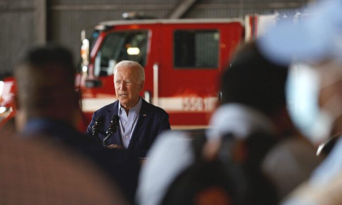El presidente de EE. UU., Joe Biden, hace unas declaraciones a la prensa después de realizar un recorrido en helicóptero con el gobernador de California, Gavin Newsom, por el incendio de Caldor, en el aeropuerto Mather el 13 de septiembre de 2021. (Justin Sullivan/Getty Images)