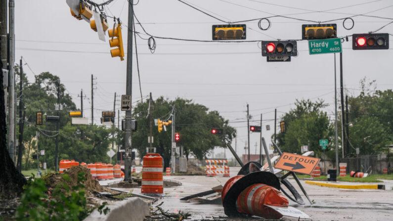 Los escombros y la construcción de carreteras dañadas quedan después de que la tormenta tropical Nicholas pasó por la zona el 14 de septiembre de 2021 en Houston, Texas. (Brandon Bell/Getty Images)