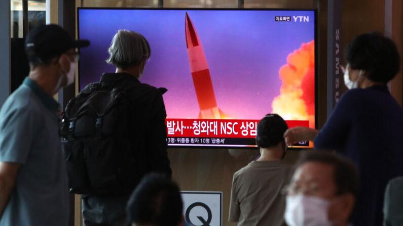La gente mira un televisor en la estación de tren de Seúl, Corea del Sur, que muestra una imagen de archivo de un lanzamiento de misiles de Corea del Norte. Imagen del 15 de septiembre de 2021. (Chung Sung-Jun/Getty Images)