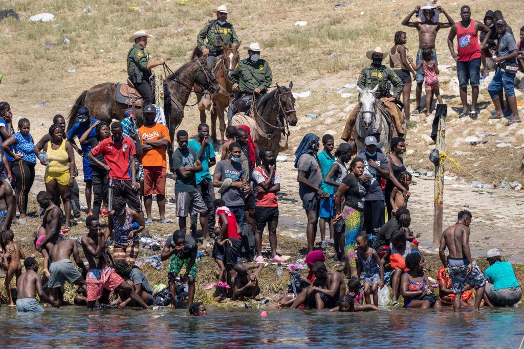 """México """"no tiene inconvenientes"""" en dar asilo a haitianos varados en la frontera: Ebrard"""