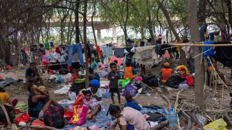 Inmigrantes haitianos pasan el día en un gran campamento de más de 14,000 migrantes cerca de un puente internacional en la frontera entre Estados Unidos y México el 21 de septiembre de 2021 en Del Rio, Texas. (John Moore/Getty Images)