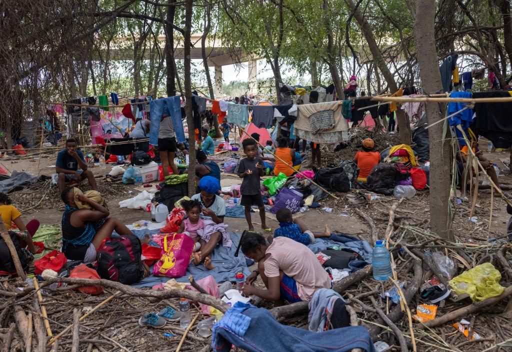 Aumentan vuelos de deportación a Haití y suspenden las patrullas a caballo en Del Río