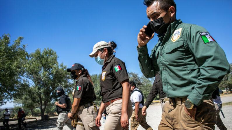 Funcionarios de inmigración mexicanos caminan al encuentro de los migrantes haitianos para evitar que crucen la frontera entre Estados Unidos y México el 23 de septiembre de 2021 en Ciudad Acuña, México. (John Moore/Getty Images)