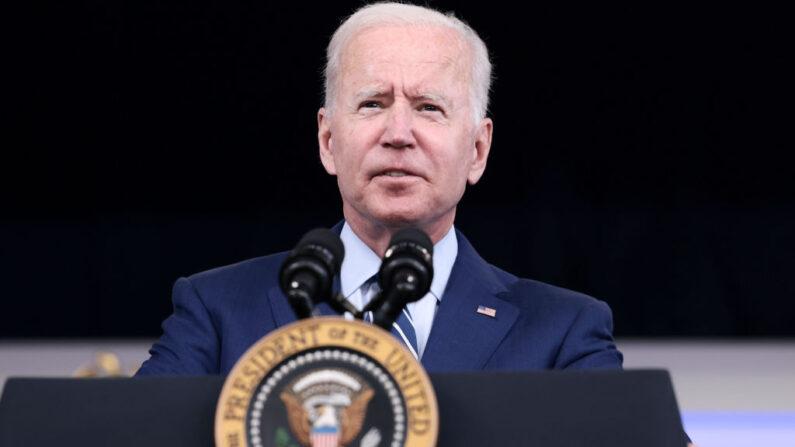 El presidente de Estados Unidos, Joe Biden, pronuncia un discurso antes de recibir una tercera dosis de la vacuna COVID-19 de Pfizer/BioNTech en el auditorio South Court de la Casa Blanca el 27 de septiembre de 2021 en Washington, DC.(Anna Moneymaker/Getty Images)