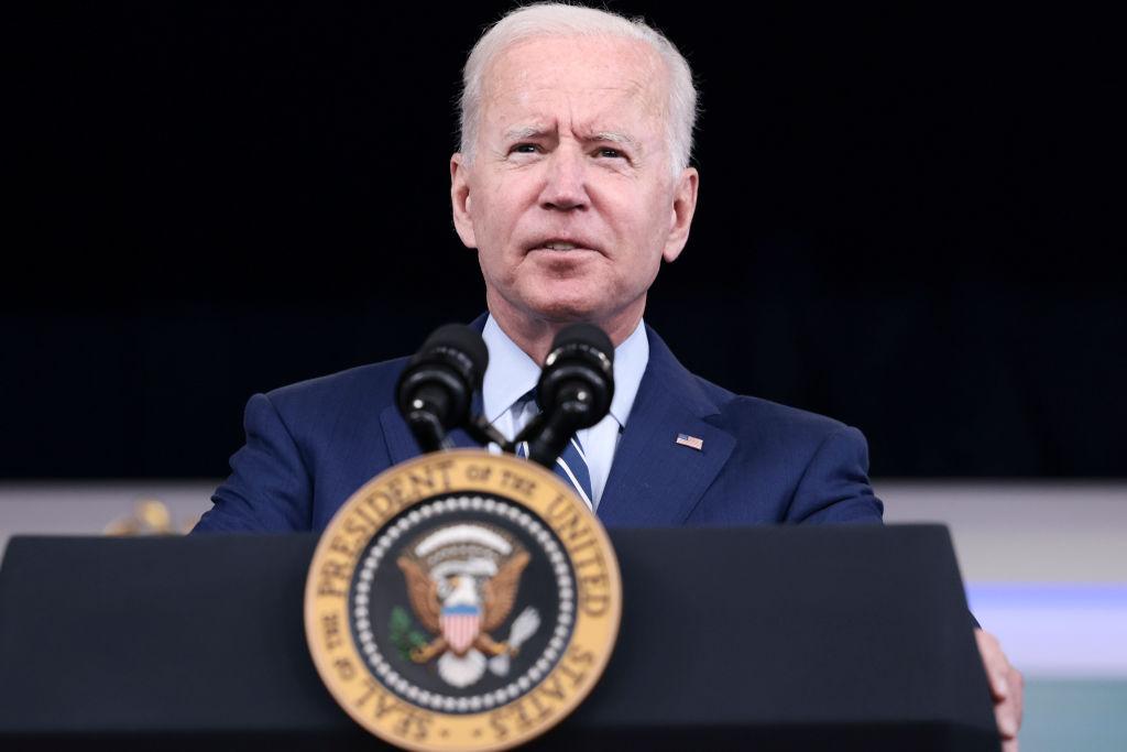 Biden dice que más empresas deberían imponer obligación de vacunarse contra COVID-19