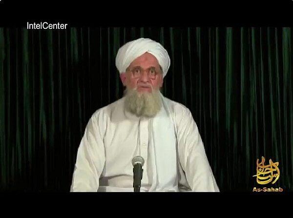 Esta imagen fija obtenida el 10 de septiembre de 2012 de IntelCenter muestra a Ayman al-Zawahiri hablando desde un lugar no revelado en un video de as-Sahab de al-Qaeda publicado el 10 de septiembre de 2012. (IntelCenter/AFP vía Getty Images)