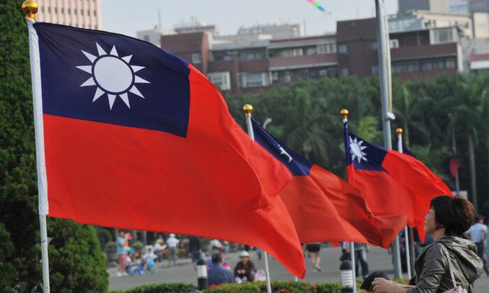 Las banderas nacionales de Taiwán ondean junto a Taipei 101 en el Sun Yat-sen Memorial Hall en Taipei el 7 de octubre de 2012. (Mandy Cheng/AFP vía Getty Images)