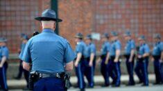 """""""Decenas"""" de policías estatales de Massachusetts presentan su dimisión por la vacunación obligatoria"""