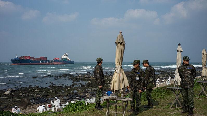 El ejército nacional permanece a la espera en una zona costera afectada por el vertido de petróleo cerca de la costa norte de Taiwán el 26 de marzo de 2016 en Shihmen, Taiwán. (Billy H.C. Kwok/Getty Images)